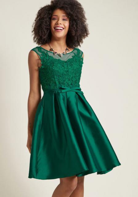 vestido de formatura verde curto com renda
