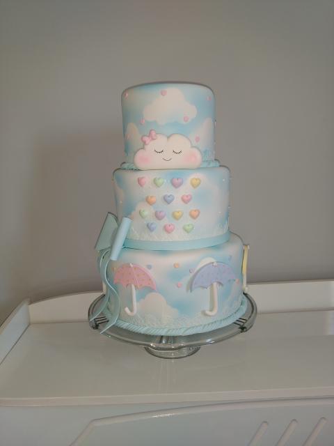 bolo fake chuva de amor branco e azul com fita