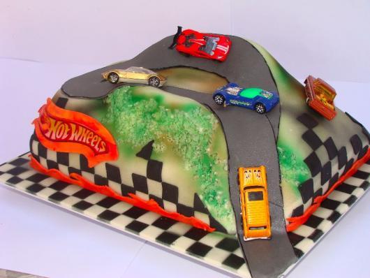 O design diferente deixa o bolo Hot Wheels deslumbrante