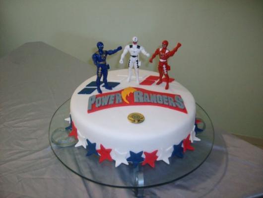 Você pode usar os brinquedos para incrementar seu bolo Power Rangers