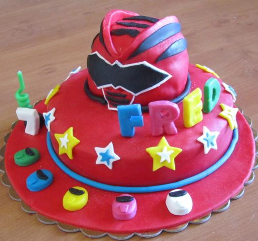 Lindo modelo criativo com o capacete dos Rangers no topo do bolo