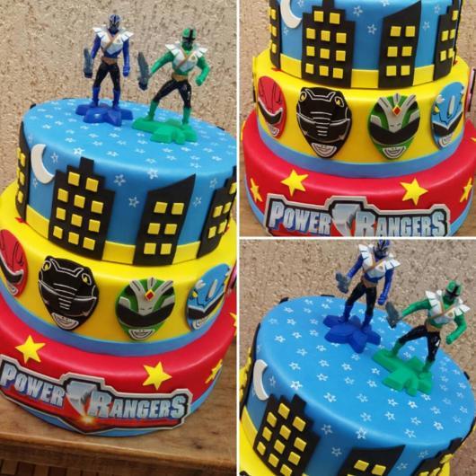 O bolo de três andares sempre se destaca na mesa . O topo complementa a estrutura