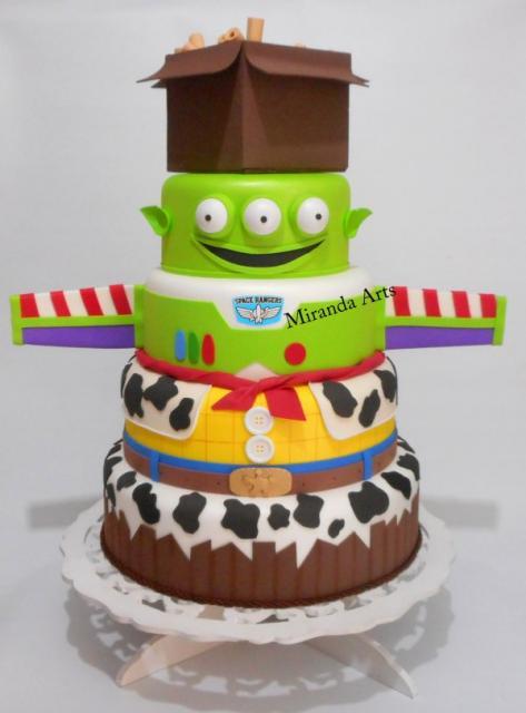 Quanto mais andares, melhor! Imagine um bolo desses decorando sua mesa?