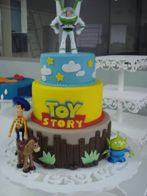 O topo deixa o bolo ainda mais bonito