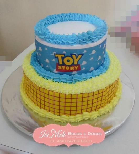 Os bolos de dois andares também podem ser decorados com chantilly. Veja só que lindo esse modelo!