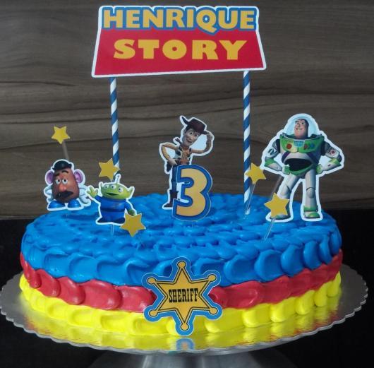 Você pode investir também em um bolo Toy Story redondo decorado com chantilly