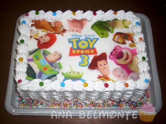 O bolo Toy Story quadrado com papel de arroz é sempre um sucesso em várias festas