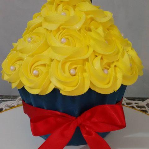 O cupcake da Branca de Neve é composto pelas cores amarelo, azul e vermelho
