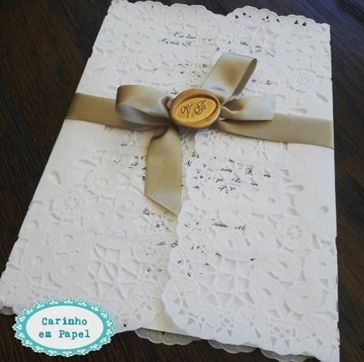 convite com papel rendado