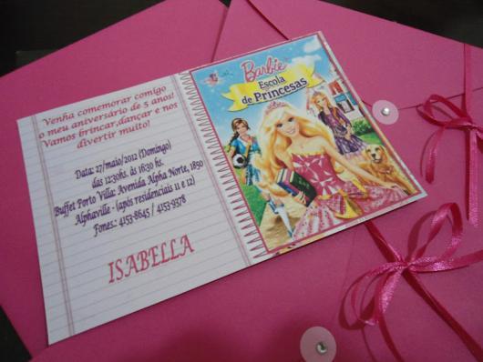 Componha o convite da Barbie com um envelope