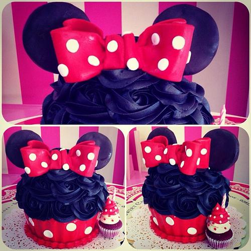 Cupcake da Minnie gigante com laço vermelho