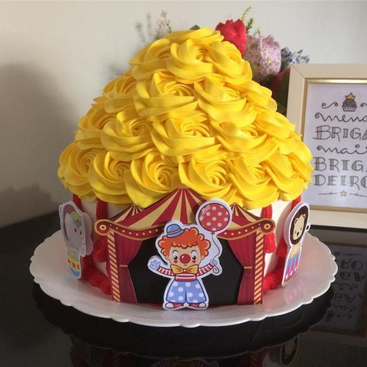 Cupcake de Circo gigante com chantilly amarelo