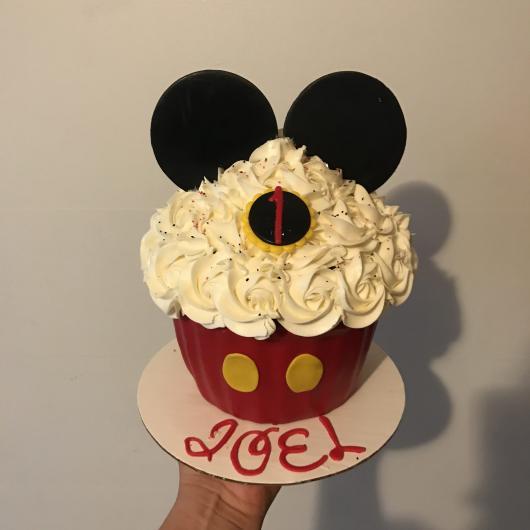Cobertura de cupcake gigante com chantilly