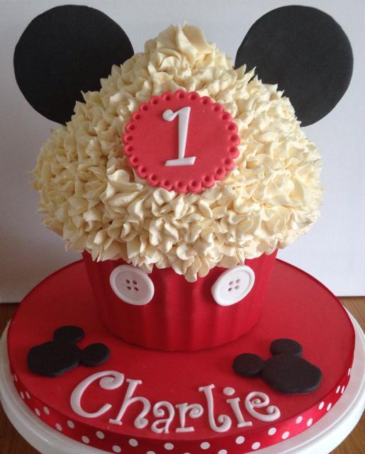 Cupcake do Mickey gigante com chantilly