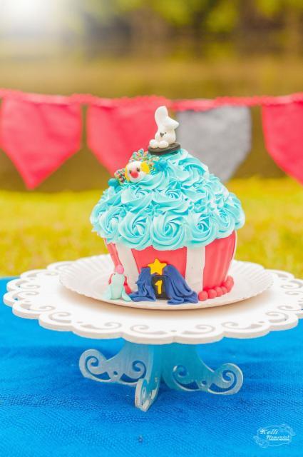 Cupcake de Circo com decoração de chantilly azul