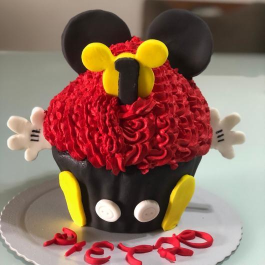Cupcake decorado do Mickey gigante com chantilly vermelho