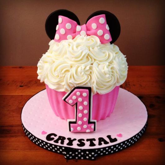 Cupcake da Minnie gigante com laço rosa