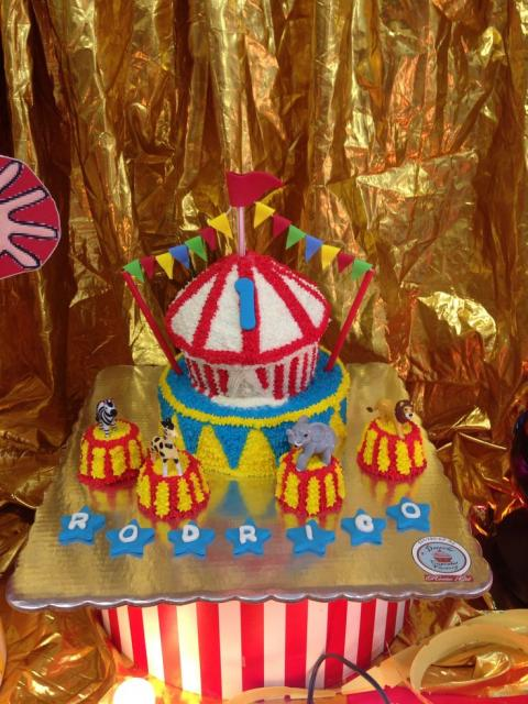 Decoração de festa com cupcake gigante com o tema Circo
