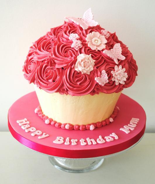 decoração com chantilly cupcake gigante
