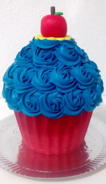 Composição de cupcake da Branca de Neve gigante com vernelho e azul