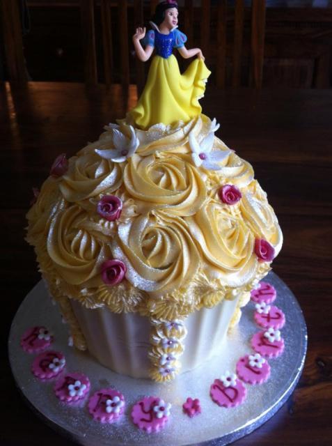 Dica de cupcake delicado gigante para festa da Branca de Neve