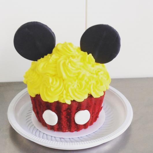 você também pode cobrir o cupcake do Mickey com chantilly amarelo