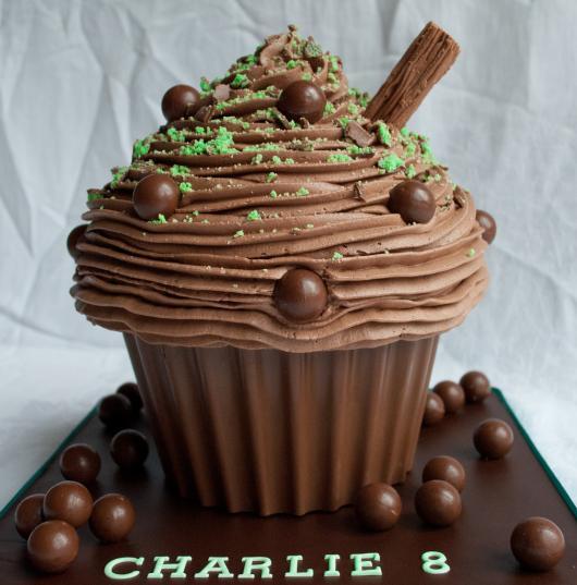 Ideia de cupcake gigante decorado com chantilly de chocolate