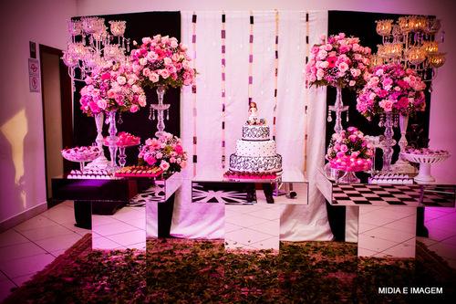 Decoração com tecido rosa em Festa de 15 Anos