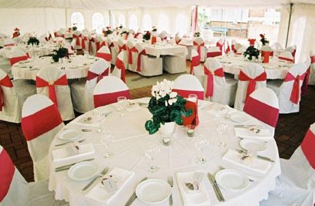 Decoração com tecido nas cadeiras em Festa casamento