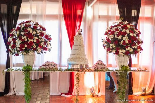 Decoração com tecido branco e vermelho em Festa casamento