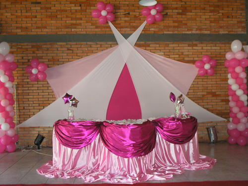 Decoração com tecido rosa e branco em Festa de 15 Anos