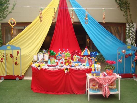 Decoração com tecido em festa infantil com Tema Circo