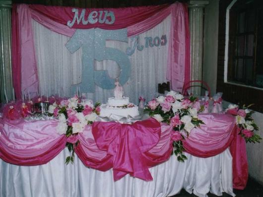 Decoração com tecido pink e branco em Festa de 15 Anos