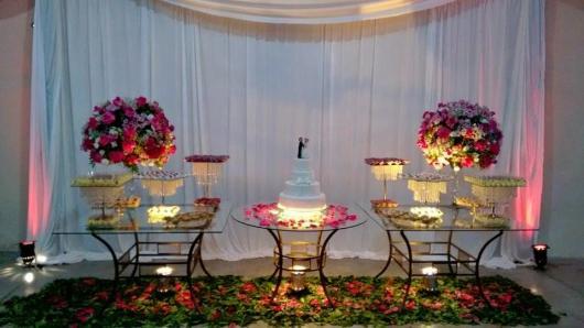 Decoração com tecido branco e mesas de vidro em Festa casamento