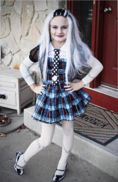 Fantasia infantil de Frankie Stein com meia calça branca