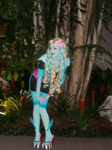 Vista-se de Lagoona Blue com peruca loira e mechas azuis