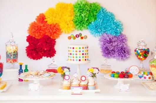 Decoração para Festa Arco-Íris com pompom de papel crepom