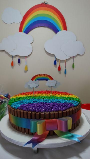 Bolo arco-íris decorado com kit kat