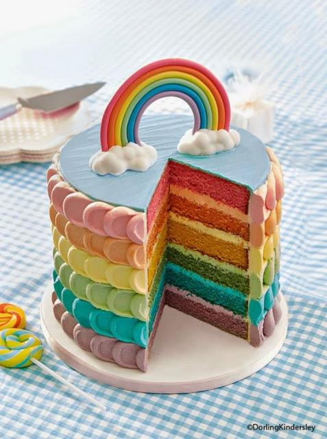 Bolo arco-íris decorado com chantilly em escamas