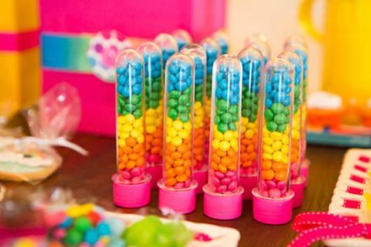 Lembrancinha para festa arco-íris tubete com confete colorido