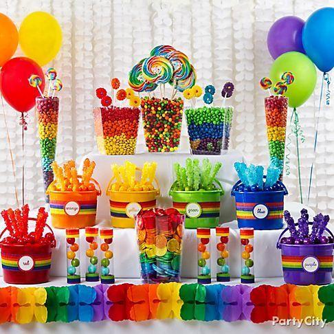 Decoração para Festa Arco-Íris com varal de bandeirinhas coloridas