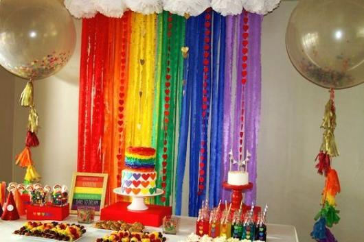 Decoração para Festa Arco-Íris com cortina de papel
