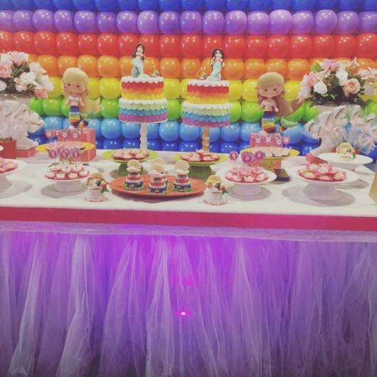 Decoração para Festa Arco-Íris com painel de balões