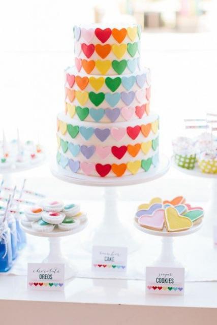 Bolo arco-íris decorado com corações
