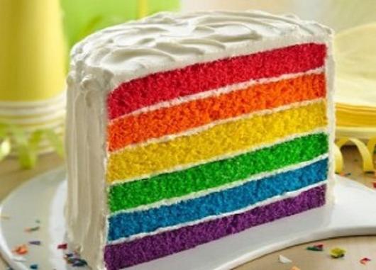 Bolo arco-íris decorado com chantilly