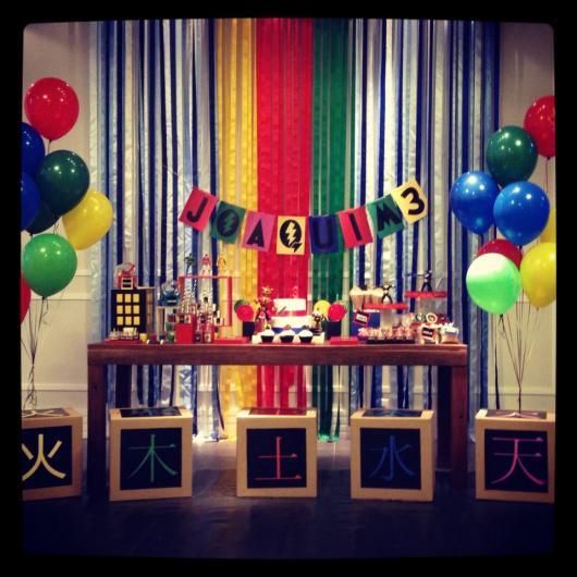 Exemplo ideal para uma festa básica e improvisada. As cores se destacam no cenário