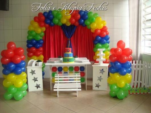 Festa simples com móveis provençais e balões coloridos, simples de montar