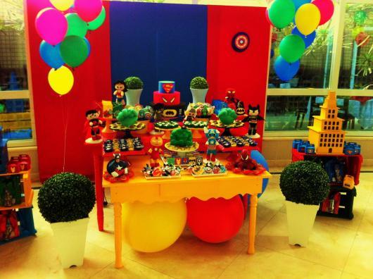 Festa Super-Heróis provençal com um cenário bem colorido