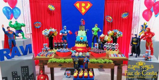 O painel é inspirado no Super Homem, mas todos têm vez na decor dessa festa