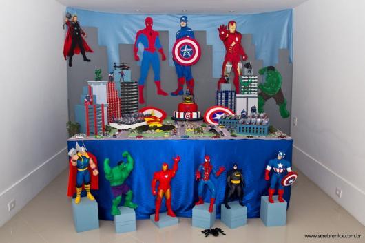 Os heróis em miniatura incrementam o cenário do evento